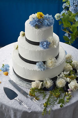 blue yellow and white cake flowers