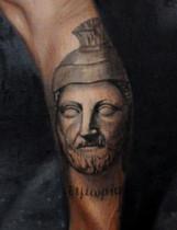  « Portrait imaginaire d'Hamilcar Barca» et « τιμωρία» , ou timoria , signifiant vengance en Grec Ancien.  Hamilcar Barca (vers 275 - 228 av. J.-C.) est un général et un homme d'État carthaginois,originaire de la région de Cyrène, chef de la famille Barcid et père d'Hannibal, Hasdrubal et Mago. Il est aussi beau-père d'Hasdrubal le Bel. Hamilcar commande les forces terrestres carthaginoises en Sicile de 247 av. J.-C. à 241 av. J.-C., pendant les dernières étapes de la Première guerre punique. Il se retire en Afrique après la défaite de Carthage et la conclusion du traité de paix en 241 av. J.-C. . Lors de la guerre des Mercenaires en 240 av. J.-C. , il est rappelé et met fin au conflit. À partir de 237 av. J.-C. , il mène durant huit ans une expédition en Espagne. Il meurt au combat en 228 av. J.-C..  Hamilcar éduque son fils Hannibal dans la haine de Rome et est peut-être responsable de la création de la stratégie qu'Hannibal a mis en œuvre dans la Deuxième guerre punique pour amener la République romaine à la défaite.