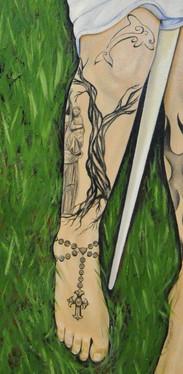 «Statue de Notre-Dame-de-Bermont sous un arbre» : Jeanne était une enfant très pieuse qui fréquentait régulièrement l'église et la chapelle de Bermont. A proximité du village de Domrémy se trouvait une forêt appelée le «Bois Chenu», et Jeanne s'y rendait souvent pour rejoindre l'arbre aux fées, où elle entendit vers l'âge de 13 ans des voix célestes.  «Dauphin» : Jeanne rencontre Charles VII le 25 février 1429, elle s'adresse à lui en usant le titre de «Dauphin» car elle considère que seul le sacre du roi à Reims lui confèrera la dignité royale.  «Chapelet» : Jeanne a une foi inébranlable en Dieu et lui est dévouée jusqu'à sa mort. Elle est une des 4 saintes patronnes secondaires de la France.