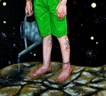 """JAMBE DROITE =  «Baobabs», en parlant de sa planète le petit prince évoque sa rose qu'il doit arroser, les volcans qu'il doit ramoner, et des baobabs qu'il doit arracher afin qu'ils n'envahissent pas sa planète. Ces arbres représentent la force aveugle qui démolit tout ce qui lui fait face, mais auxquels s'oppose la rose fragile et innocente. De plus, malgrè son âge jeune, il possède une intelligence et une sagesse très précoces: lorsqu'il expliquait au narrateur qu'il nettoyait sa planète des petites plantes parasites avant qu'elles ne grandissent, il a parlé des baobabs, alors le narrateur, sous estimant les facultés mentales du petit prince, fit la remarque que les baobabs sont des arbres très grands; le petit prince répondit: """"les baobabs avant de grandir, ça commence par être petit"""" ( Chap.V).   PIED DROIT =  «Le chapeau», le narrateur commence son histoire avec le dessin d'un boa qui mange un éléphant, mais qui est plutôt perçu comme étant un chapeau par les grandes personnes. Au-delà des apparences, il y a l'esprit qu'il faut découvrir avec le cœur. La naturalité et l'innocence de l'enfance doivent être retrouver par l'adulte, ainsi que le goût d'apprécier les choses simples.  « L'essentiel est invisible pour les yeux », dit le renard, un personnage très attachant qui veut que le petit prince l'apprivoise pour devenir son ami. Le petit prince répète la phrase pour s'en souvenir, un moyen, pour l'auteur, de nous indiquer son importance pour la compréhension de l'histoire.  JAMBE GAUCHE =  «Renard entouré d'épis de blé» le petit prince fait la rencontre du renard près de champs de blé. Le renard aime le bruit du vent dans le blé qui est aussi doré que la chevelure du petit prince.  Le renard est là pour apprendre au petit prince que la solitude ne peut être affrontée que par l'amour. Cette vérité, le petit prince l'enseigne à son tour au pilote égaré. C'est le temps qu'on """"gâche"""" pour quelque chose ou quelqu'un qui le rend important. Selon le renard, l'amour no"""