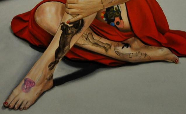 """JAMBE DROITE = """"La robe volante"""", la «Subway Dress», robe ivoire culte de Marilyn dans Sept ans de réflexion (The seven years itch), film de Billy Wilder, est une des 10 plus grandes icônes des costumes de cinéma. Cette robe de crêpe, vaporeuse, suggestive et légère a été dessinée par le costumier William Travilla en 1955. Cette séquence culte a fait la renommée et le succès du film et a confirmé le statut de sex-symbol de Marilyn Monroe.  """"Symbole Playboy"""",en 1946, Marilyn rencontre le photographe d'origine hongroise Andre de Dienes qui fera d'elle de nombreux portraits, dont quelques nus. En mai 1948, Marilyn pose nue pour Tom Kelley dans un calendrier mural (Golden dreams). En décembre 1953, quelques-unes de ces photos apparaissent dans le premier numéro du magazine Playboy.   PIED DROIT =  """"Partition"""", on peut y lire les 4 premières notes de la chanson « I Found a Dream», chanté par Marilyn dans le film Le Prince et la Danseuse ( The Prince and the Showgirl ), réalisé par Laurence Olivier en 1957.   """"Candle in the wind"""", chanson composée par Elton John et écrite par Bernie Taupin. Sortie en 1973, elle a été écrite en l'honneur de Marilyn Monroe, décédée 11 ans plus tôt.  JAMBE GAUCHE = """"Portrait de Marilyn"""", inspiré du tableau de Richard Lindner de 1970 «Marilyn was here».  """"Mustang"""", le mustang est un cheval sauvage du Nord-Ouest américain. Ces chevaux font l'objet d'une chasse dans Les Désaxés ( The Misfits ), un film américain de John Huston sorti en 1961. Derrière Clark Gable et devant Montgomery Clift, Marilyn Monroe interprète un rôle spécialement écrit pour elle par son mari Arthur Miller, celui d'une femme qui vient de divorcer, déçue par les hommes, perdue, qui ne sait pas où aller et que faire. Le personnage de Roslyn conçu par Miller s'inspire à beaucoup d'égards de Marilyn.  Elle décède quelques mois après la fin du tournage, à l'âge de 36 ans.  PIED GAUCHE =  """"3768"""", l'astéroïde (3768) Monroe, découvert par Cyril V. Jackson le 5 septembre 1937 à Joh"""