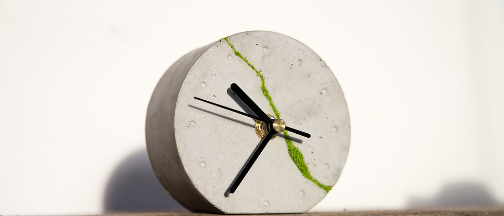 Okrągły zegar stołowy z chrobotkiem reniferowym- jasny