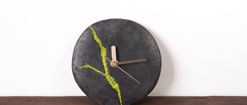 Mały zegar ścienny z chrobotkiem reniferowym-ciemny