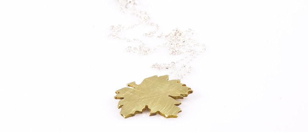 Łańcuszek ze złotym liściem klonu