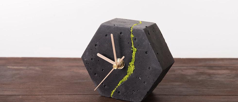 Sześciokątny zegar stołowy z chrobotkiem reniferowym-ciemny