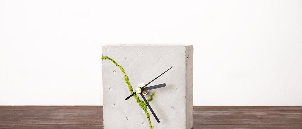 Kwadratowy zegar stołowy z chrobotkiem reniferowym- jasny