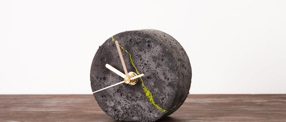 Okrągły zegar stołowy z chrobotkiem reniferowym-ciemny