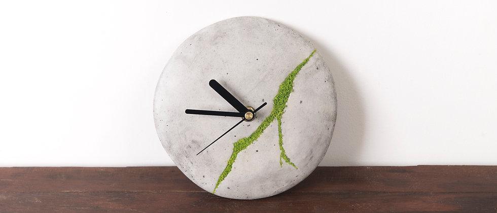 Mały zegar ścienny z chrobotkiem reniferowym- jasny