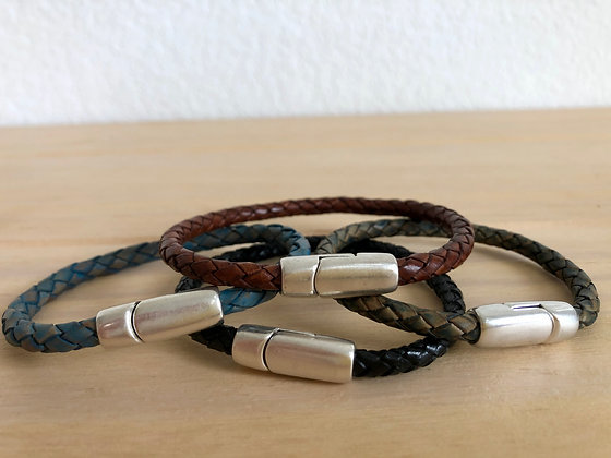 Single braided leather band with silver clasp