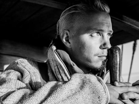 Suomileffa-tribuutti ja paljastuksia elokuvamaailmasta – Tatu Sinisalo & Riskiryhmä SemiLivessä