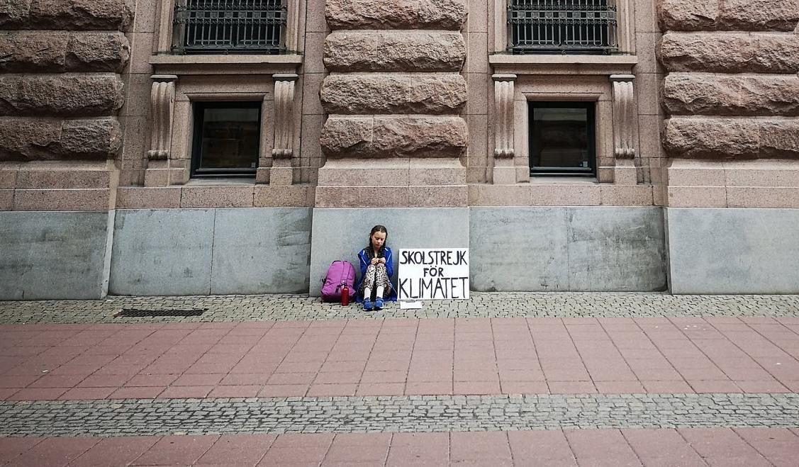 Greta sola sentada frente al Parlamento sueco