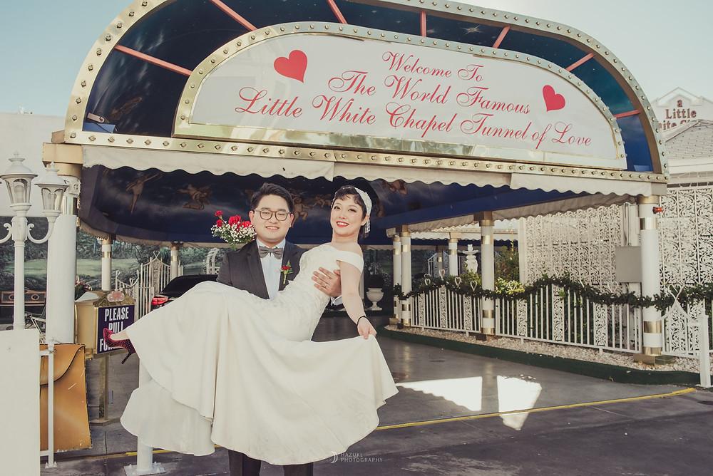 ラスベガスのドライブスルー挙式会場の前でお姫様だっこ