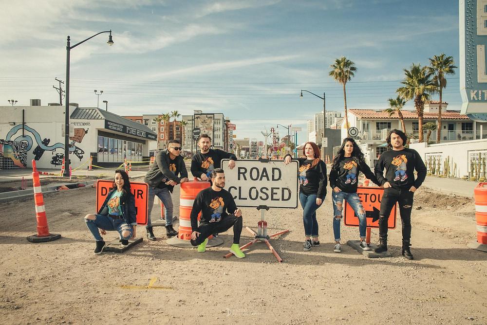 ラスベガスフリーモントストリートの真ん中に立つ複数の男女の写真