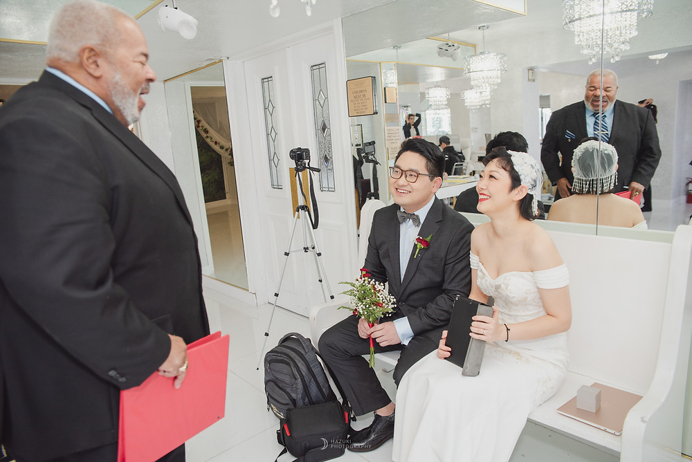 ラスベガスリトルホワイトチャペルの神父と歓談する新郎新婦