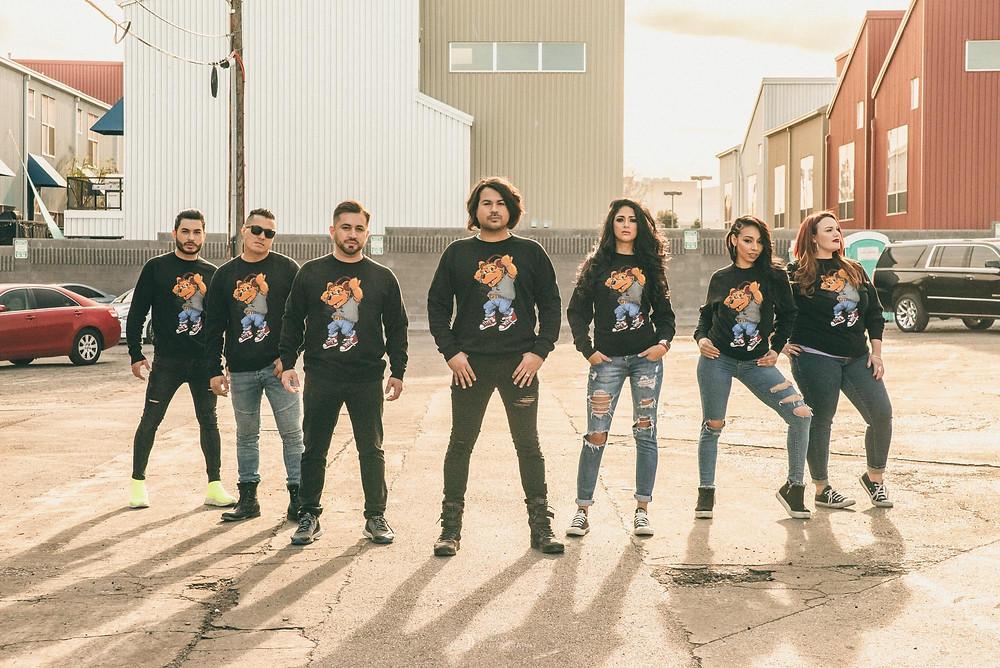 ラスベガスフリーモントストリートで夕日を背に立つ複数の男女