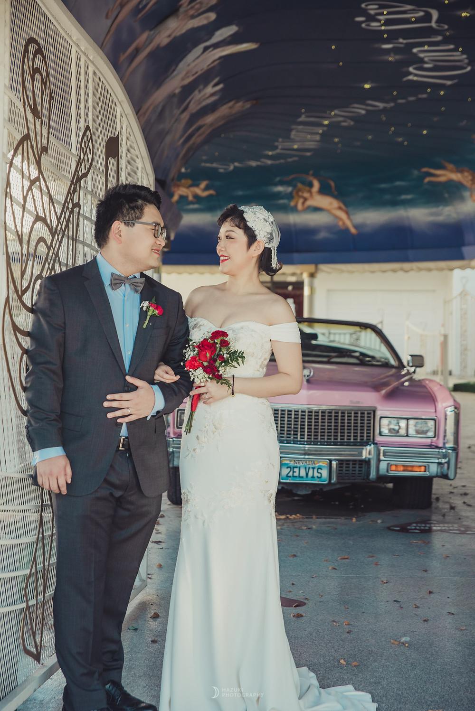 ピンクのキャデラックの前でドライブスルーウェディング写真