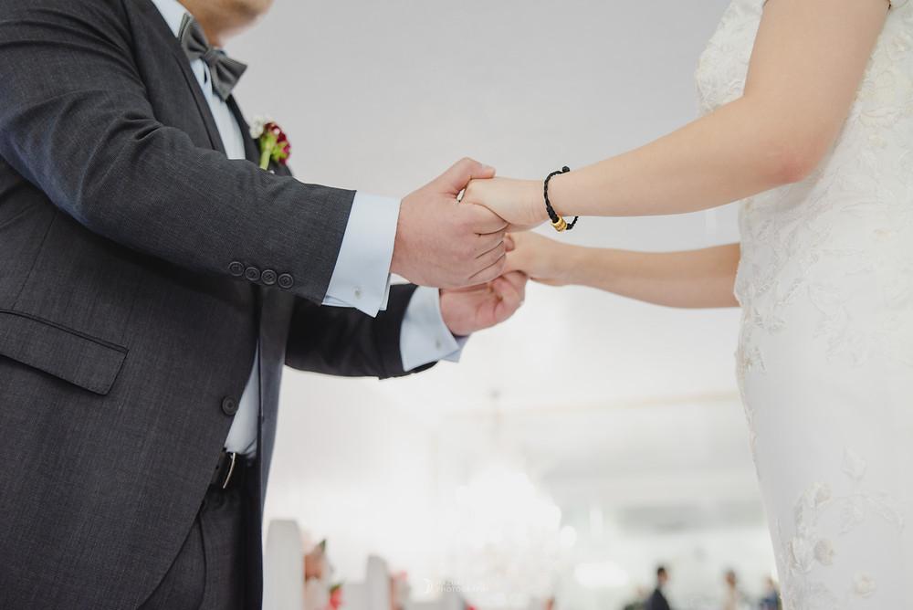 ラスベガスリトルホワイトチャペルで手を握る新郎新婦