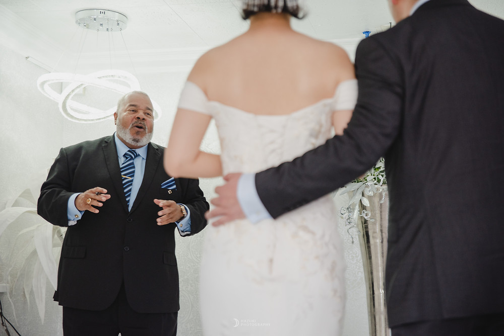 ラスベガスリトルホワイトチャペルで新郎新婦に語りかける神父