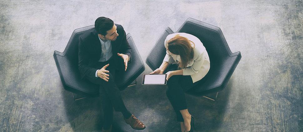 image d'une réunion d'affaires entre deux personnes assisent sur des fauteuilles noir - JB consultant - Coaching individuel à Paris et Toulouse - Accompagnement des changements et développement du leadership