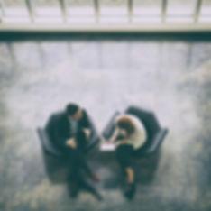 Här sitter Emma och Mark och planerar marknadsföring för företag.