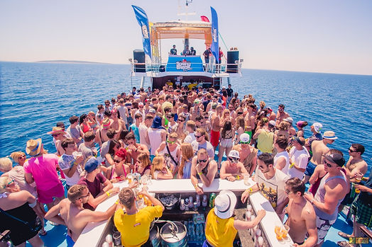 sommerreise-novalja-partyboot-menschen-d