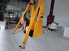 pilates mulher suspensa no columpio suspensus