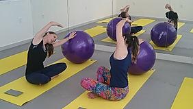 Duas mulheres praticando Pilates com bolas