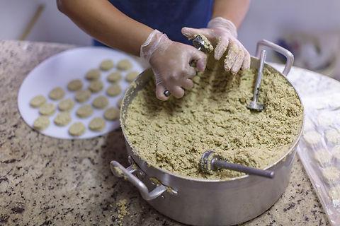 Preparação do Falafel no restaurante vegano vegetariano Vila das Rosas
