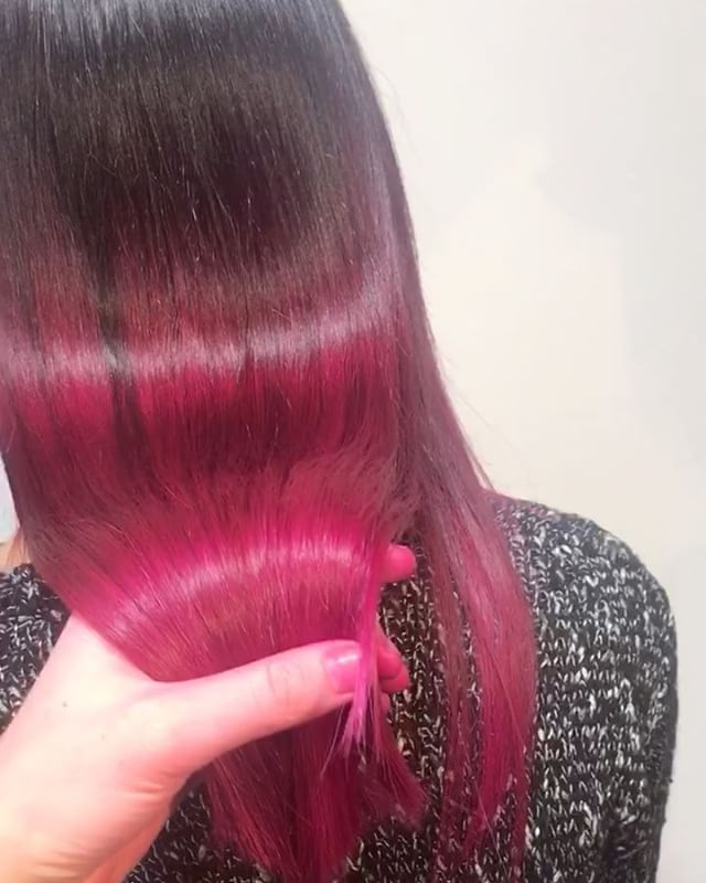 When your hairs this glossy 😍✨ last colour of #2017 #crazycolour #colourbleed #vividcolour #pinkhan