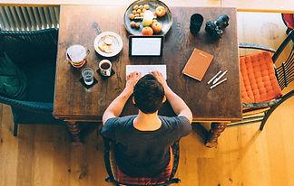 Homem na mesa