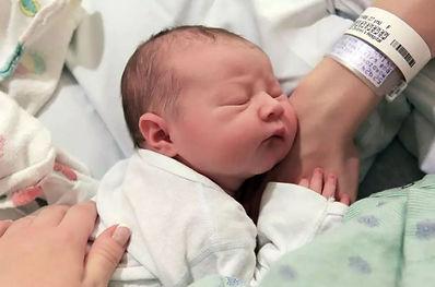 Nasce la bambina e la mamma muore, l'infermiera appoggia la neonata sul cuore della mamma che ricomincia a battere