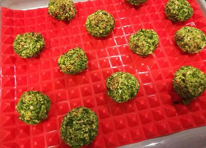 Polpettine di piselli su Tappetino da forno in silicone mi garantisce una cottura uniforme senza dover rigirare il cibo.