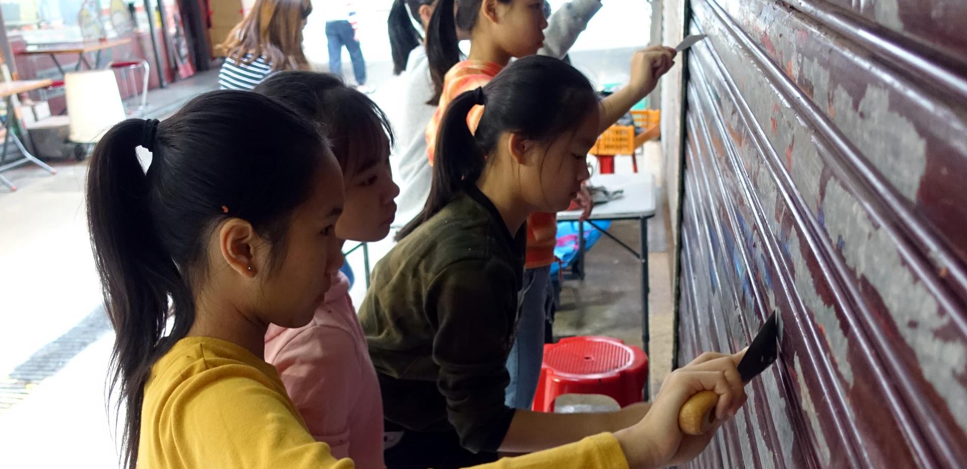 HTYC VA - Wall Painting Team 1920 - 土瓜灣舊區「社區客廳」計劃 - 鐵閘說故事創作坊