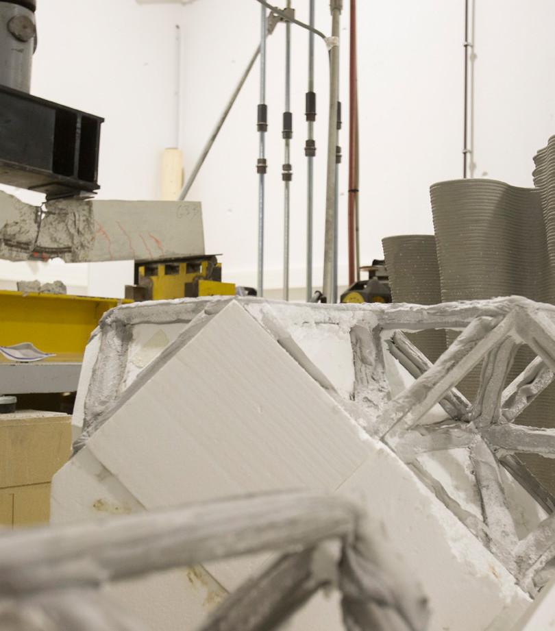Banc d'essai de flexion et prototypes de treillis spatiaux en béton imprimé.