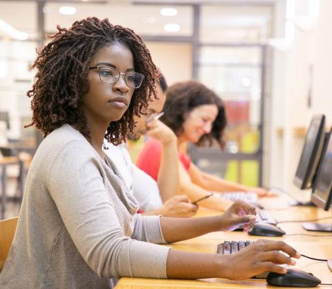 etudiante-adulte-femme-noire-travaillant