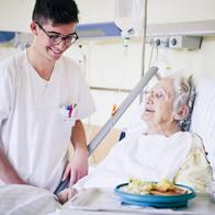 Auszubildender mit Patienten im Martha Maria