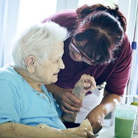 Pflegerin mit Patienten im DWH