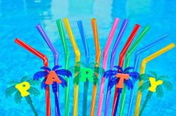 Pajas de fiesta en la piscina