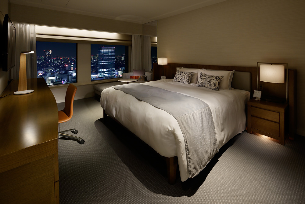 Keio Plaza Hotel, Premier Grand Club Room with Tunto Swan Table Lamp