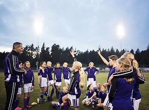 Mädchen-Fußball-Team mit Trainer