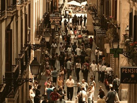 Luces de ciudad: turisteo, emigrantes, buscones gastronómicos y viajeros del bar