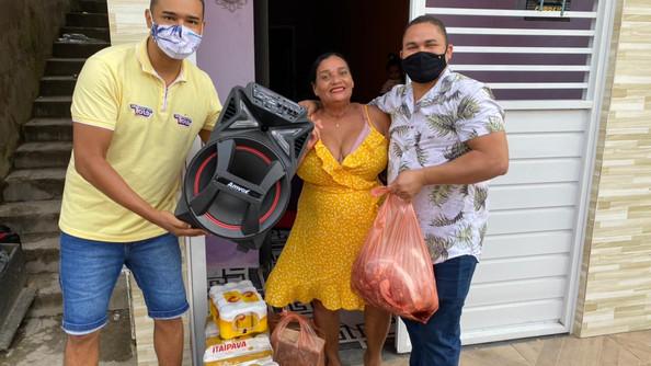 Marcos Medrado entrega Kit Churrasco em Blitz da Valença FM 101,9