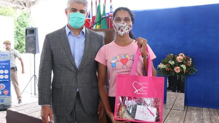 Perucas são distribuídas para mulheres com câncer