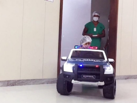 Hospital utiliza carro elétrico de brinquedo para transportar pacientes pediátricos