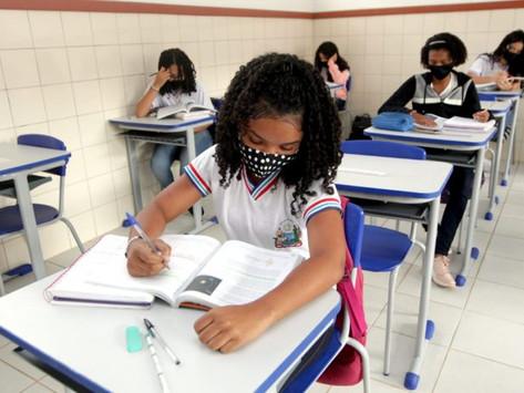 Professores e estudantes do Ensino Médio retornam para as salas de aula em toda a Bahia