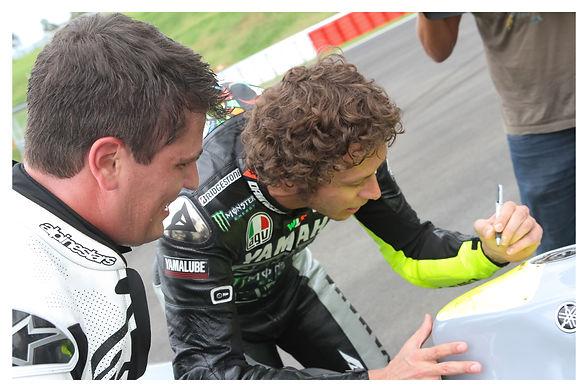 Valentino Rossi Assinando tanque.jpg