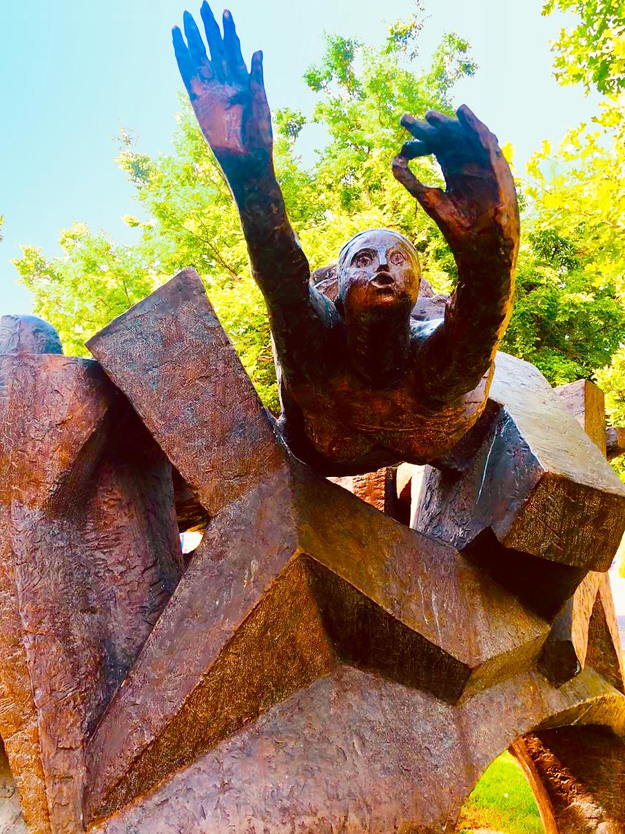 budapest statue.tif