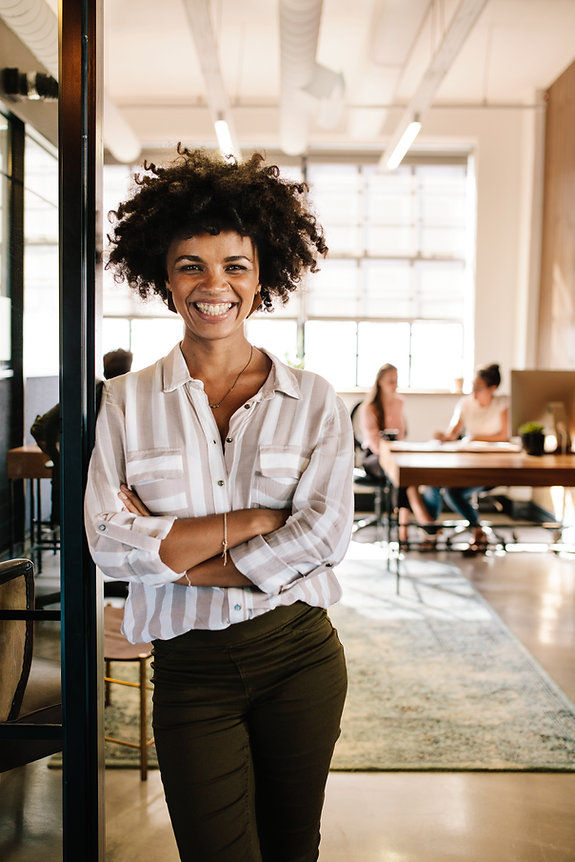 Smiling-young-woman-leaning-to-office-do