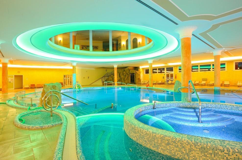 piscina interna notturna