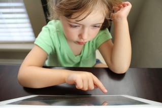 متى تعد المدة المستغرقة أمام الشاشات طويلة بالنسبة للأطفال؟